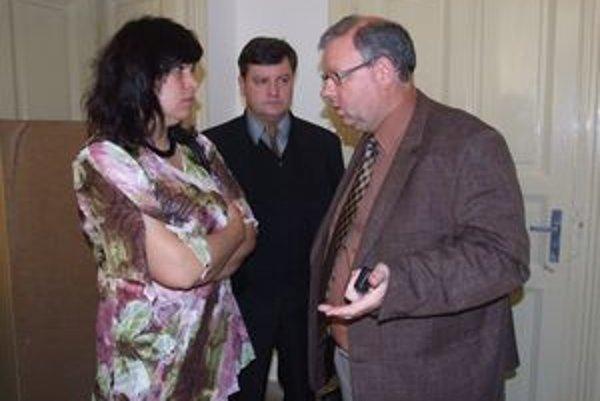 Šimonovi rodičia s právnikom Petrom Koscelanským na súde. Zažalovali nitriansku nemocnicu, od ktorej žiadajú odškodné takmer milión eur.