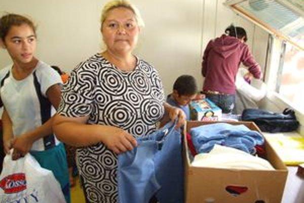 Marta Rafaelová vyberá oblečenie pre päť svojich detí.