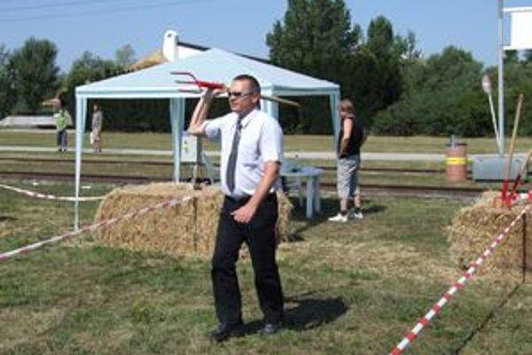 """Na Agrokomplexe si návštevníci prvý raz mohli vyskúšať uletený """"šport"""" - hod vidlami. Slovenský rekord je viac ako 38 metrov."""