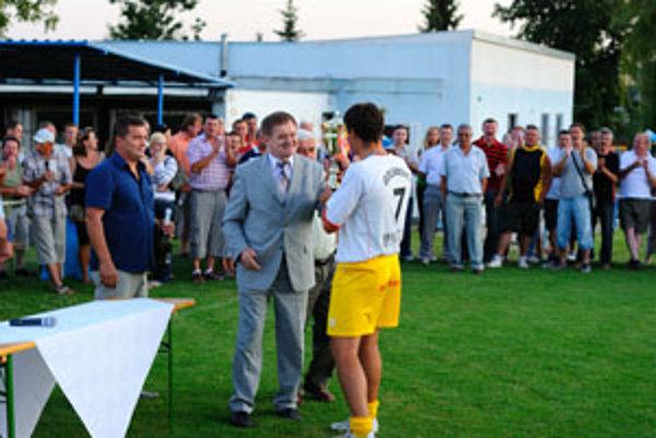 Turnaj štyroch obcí vyhralo Golianovo, pohár odovzdávali župan M. Belica a starosta Ľ. Kolárik.