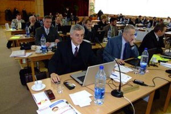 Poslanci za SMK v nitrianskej župe mali dosť hlasov, aby nariadenia blokovali.