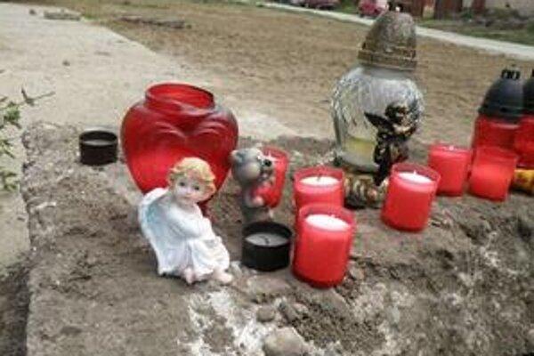 Ľudia začali na miesto nešťastia nosiť sviečky a kahance.