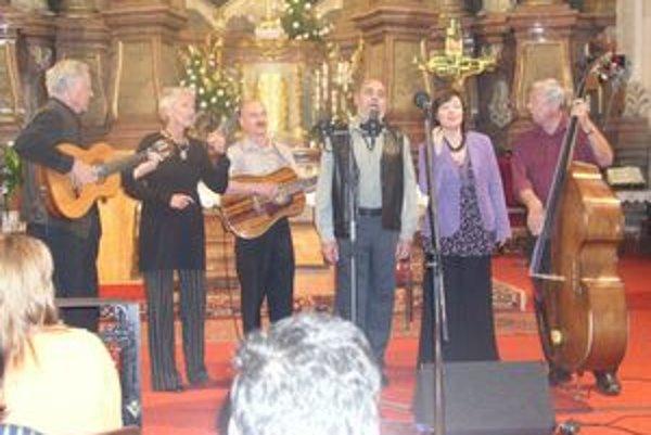 Spirituál kvintet - zľava Jiří Tichota, Irena Budweiserová, Jiří Holoubek, Jiří Cerha, Zdenka Tichotová a Dušan Vančura v piaristickom kostole.