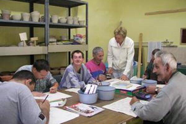 Pre ľudí so zníženou pracovnou schopnosťou nie je problémom vyrábať napríklad aj predmety z keramiky.