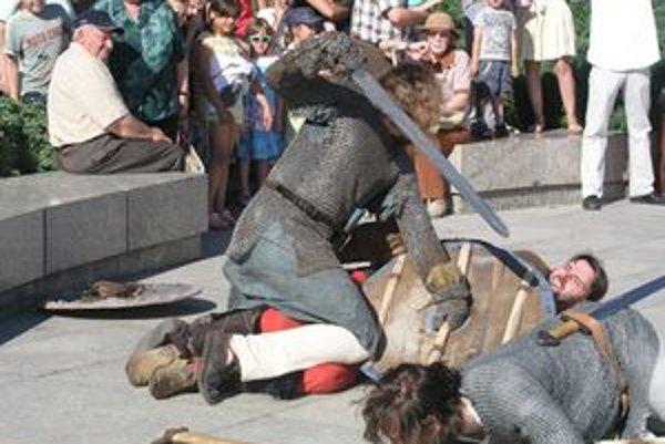 Členovia šermiarskej skupiny Berserk z Martina v košeliach z kovových krúžkov sa v boji poriadne zapotili.