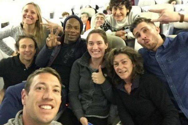 Súťažný tím bol pred odletom do Argentíny v dobrej nálade. Vpravo je trojica francúzskych športovcov, ktorí sa z nakrúcania už nevrátili.