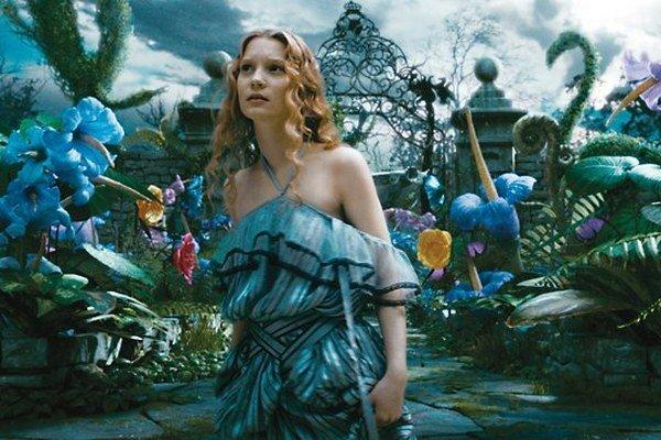 Alica v krajine zázrakov vo filme Tima Burtona. Hrala ju Mia Wachikowska.
