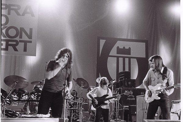 Hostia Vladimír Mišík, Vladimír Merta a ETC spievali v roku 1982 na Rockovej lýre v Bratislave aj o láske, čo je ako večernica. Súdruhovia mali, samozrejme, k textu výhrady.