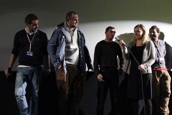 Hrdina filmu Koza boxer Peter Baláž je v strede, režisér Ivan Ostrochovský stojí druhý zľava, kamaraman Martin Kollár je vpravo.