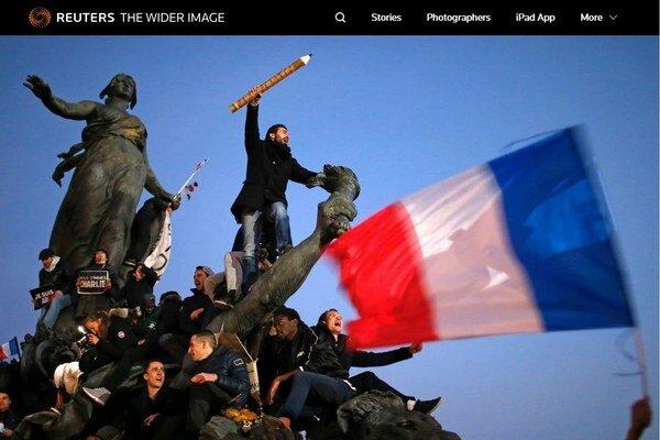 Historický pochod v Paríži zaznamenal Stéphane Mahé po chvíli čakania na ten pravý záber.
