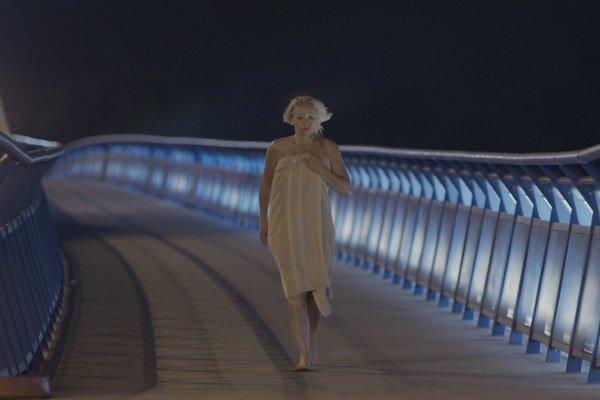 Premiéra seriálu Tajné životy je 1. januára o 20.20 h na Jednotke. Jednu z postáv si zahrá Anna Šišková.