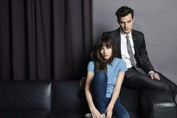 Vo filme 50 odtieňov sivej hrajú Dakota Johnson a Jamie Dornan.