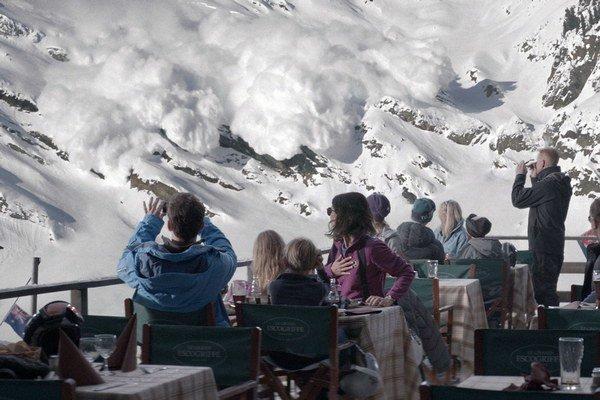 Čo sa stane s rodinou, keď prežije živelnú katastrofu? Nad tým uvažuje švédsky režisér Ruben Östlund vo filme Vyššia moc, za ktorý dostal Cenu poroty v sekcii Istý pohľad na festivale v Cannes.