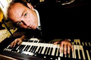 James Taylor hrá na hammond organ.