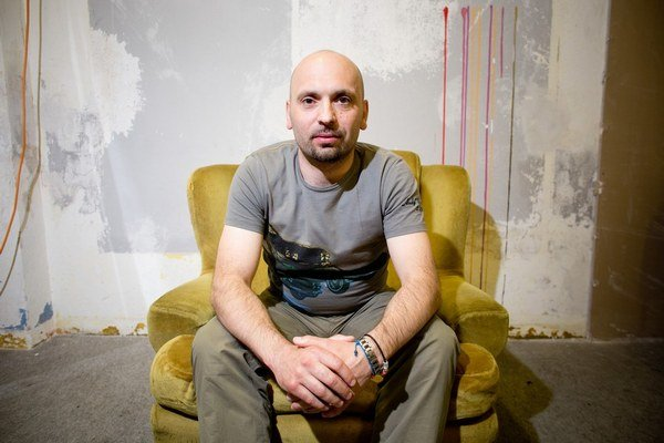 Maroš Krajňak (1972) vyrastal vo Vyšnej Jedľovej pri Svidníku, od roku 1991 žije v Bratislave, kde vyštudoval sociálnu prácu na UK. Venuje sa marketingu v telekomunikačných službách a online. Napísal knihy  Carpathia,  Entropia a Informácia.