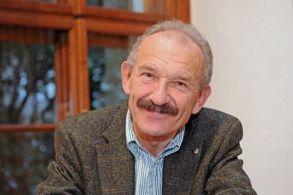 Dušan Dušek (1946), básnik, prozaik,  scenárista, autor rozhlasových hier a literatúry pre deti a mládež. Vyučuje v Ateliéri scenáristickej tvorby na Filmovej a televíznej fakulte VŠMU. Je autorom viac ako dvadsiatich kníh, spolupracoval aj na filmoch Ruž