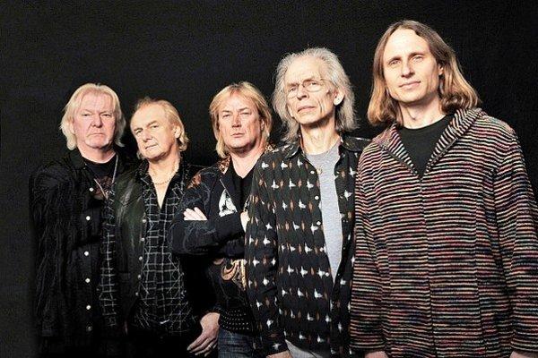 """V roku 1968 žilo Československo spoločenskými zmenami, v Británii prebiehala revolúcia v hudbe. Medzi jej """"deti"""" patrí aj skupina Yes, priekopníci žánru, ktorý dostal názov progresívny rock. Hrali virtuóznu hudbu, ktorá mala aj komerčný úspech a dosiaľ vy"""
