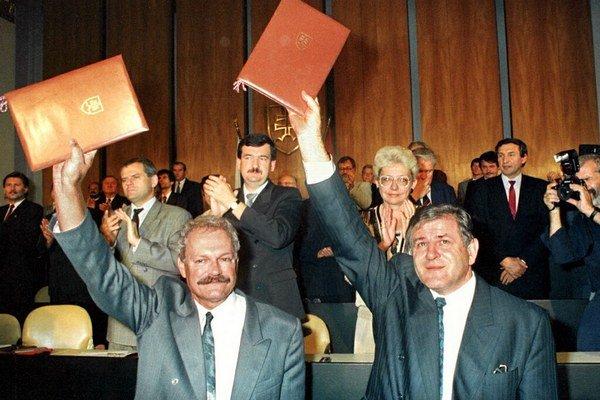Vladimír Mečiar a Ivan Gašparovič 17. júla 1992 v budove parlamentu v Bratislave zdravia poslancov po podpise Deklarácie o zvrchovanosti Slovenskej republiky.