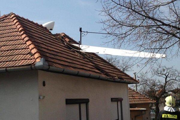 Dom, na ktorý vetroň spadol, mala rodina poistený aj pre prípad pádu lietadla.