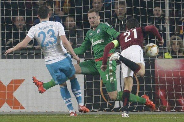 David Lafata (vpravo) strieľa v zápase Európskej ligy gól do siete Schalke 04.