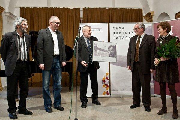 Editori knihy Odkiaľ a Kam Grigorij Mesežnikov, Miroslav Kollár, Martin a Zora Bútorovci preberajú Cenu Dominika Tatarku z rúk Petra Zajaca.