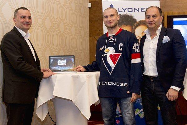 Na snímke zľava Mário Slivka zo spoločnosti Lyoness, kapitán HC Slovan Tomáš Surový a predseda predstavenstva a generálny manažér HC Slovan Maroš Krajči.