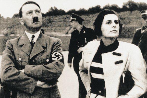 Hitler a režisérka Riefenstahlová, ktorá na berlínskom štadióne nakrútila propagandistický film Olympia.