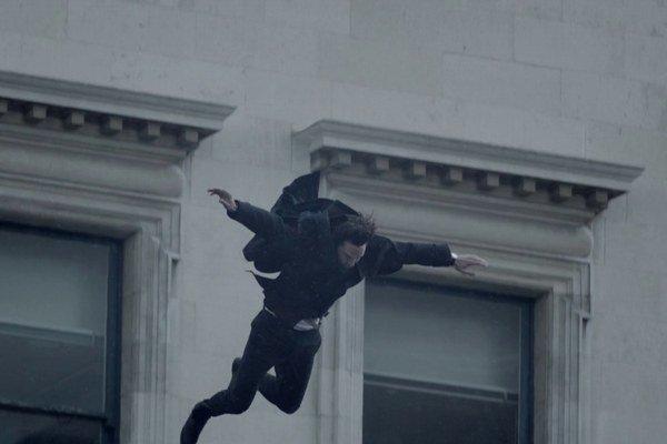 Sherlock sa nezabil, ukázal sa verejnosti aj kolegovi, spolubývajúcemu a možno i kamarátovi Johnovi Watsonovi.