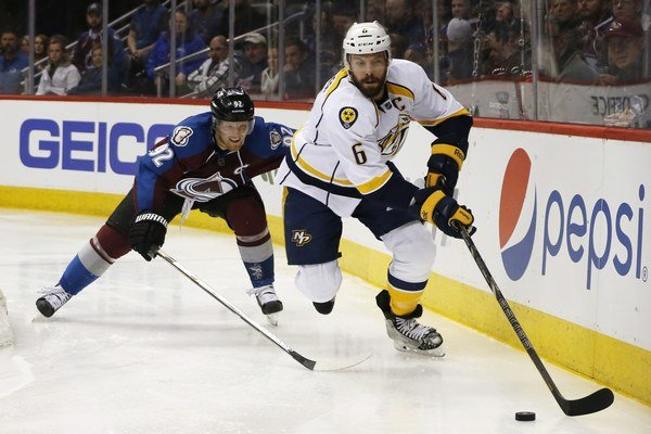 Shea Weber (vpravo) si v novom ročníku NHL zarobí štrnásť miliónov dolárov. Na snímke sa pokúša rozohrať puk pred dobiedzajúcim Gabrielom Landeskogom z Colorada Avalanche.