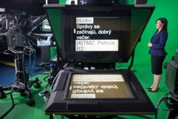 Nepočujúca moderátorka Veronika Vojtechovská v televíznom štúdiu RTVS.