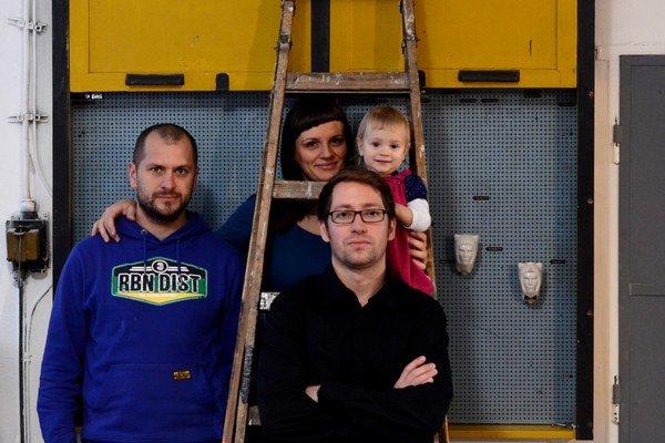 Ateliér toito tvoria Tomáš Szőke, Ivan Príkopský a Katarína Beladičová. Spolupracujú od roku 2010. Tento rok získali Cenu Slovenskej komory architektov CE.ZA.AR v kategórii Interiér za byt v Nitre.
