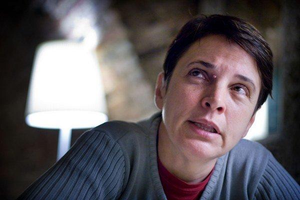 Judit Angel – kurátorka a historička umenia, narodila sa v rumunskom Arade, kde pôsobila ako kurátorka v Arad Art Museum. V roku 1999 bola kurátorkou expozície rumunského pavilónu na benátskom bienále. Od roku 1998 pracovala ako kurátorka v budapeštianske