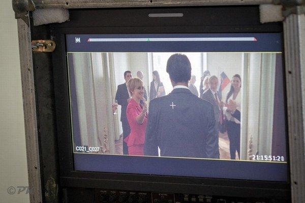 """""""Si len kandidát, nič viac,"""" spieva Vec v titulnej pesničke k novému slovenskému filmu, a preto ho diváci poriadne spredu neuvidia. Kandidát bol podporený z programu Minimal Audiovizuálneho fondu, ale nízky rozpočet tvorcovia šikovne oklamali."""