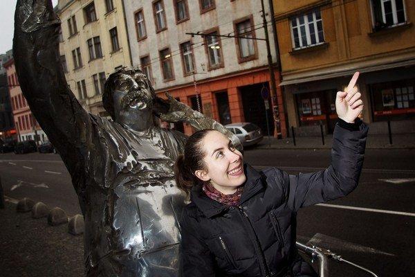 Lucia Satinská (1986, Bratislava), absolvovala odbory anglistika - amerikanistika, slovakistika a komparatistika na KU v Prahe a ročné štúdium hungarológie na Inštitúte Bálinta Balassiho v Budapešti. Po smrti otca Júliusa Satinského sa stará o jeho rozsia