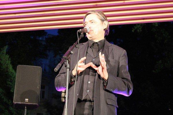 Elegantný Berlínčan hral 20 rokov v skupine The Bad Seeds Nicka Cavea a s vlastnou zostavou Einstürzende Neubauten bol od roku 1980 priekopníkom industriálneho rocku. Spevák s elektrizujúcim hlasom vystúpil pred pár dňami vo Viedni na pozvanie Thyssen-Bor