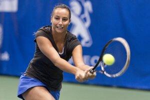 Lenka Juríková odvracia úder Nemky Sarah Rebeccy Sekuličovej v zápase 1. kola dvojhry na turnaji ITF Slovak Indoor v Bratislave.