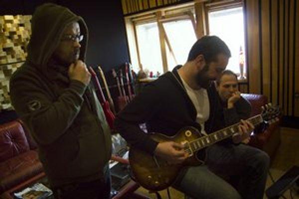 Korben Dallas pri nahrávaní albumu Karnevalová vrana v štúdiu.