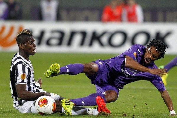 V Taliansku obliekal Cuadrado (vpravo) naposledy dres konkurenčnej Fiorentiny. Teraz sa stane Pogbovým spoluhráčom.