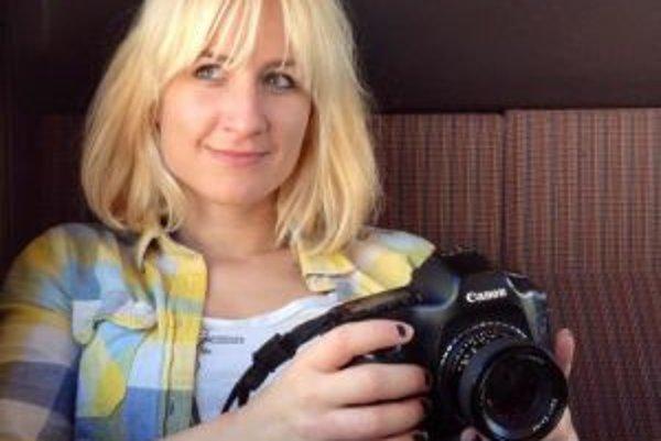 Narodila sa v roku 1983 v Poprade. Vyštudovala Právnickú fakultu na Karlovej univerzite v Prahe a absolvovala študijný pobyt na univerzite v Leuven v Belgicku. Po nej robila dva roky koncipientku v americkej advokátskej kancelárii v Prahe. Neskôr odiš