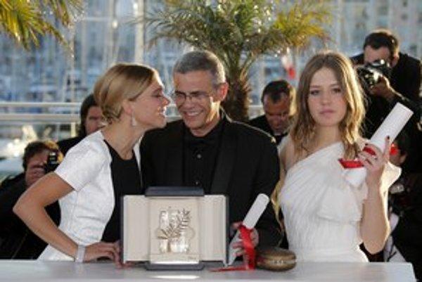 Abdel Kechiche s Léou Seydoux (vľavo) a Adele Exarchopoulos so Zlatou palmou. Prvýkrát patrí táto prestížna cena z festivalu v Cannes režisérovi aj herečkám. Nielen za herectvo, ale aj za odvahu. Film Život Adele mal pôvodne tri hodiny, ale riaditeľ A