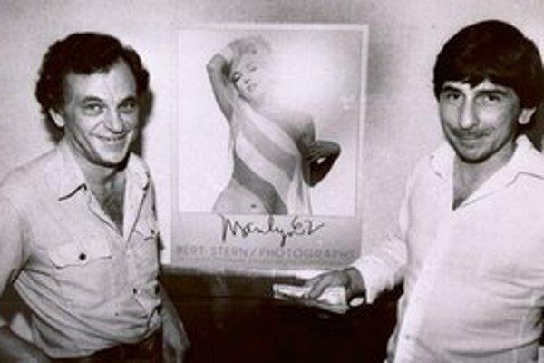 Bern Stern (vpravo) na archívnej snímke z roku 1981 s fotografiou Marilyn Monroe.