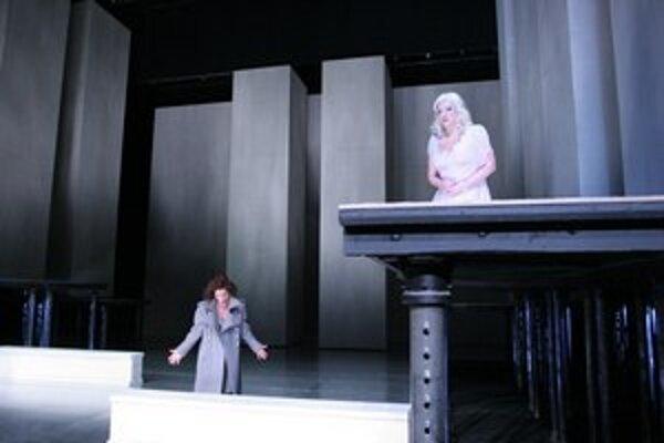 Mona Somm a Adriana Kohútková v Lohengrinovi.