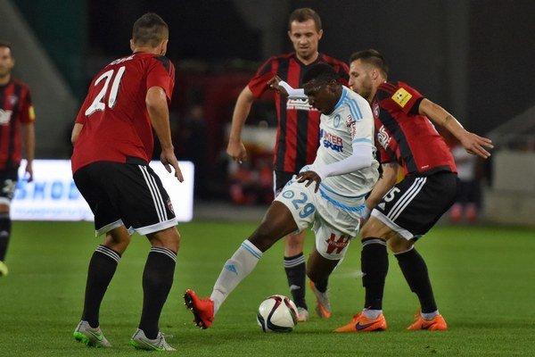 André Zambo Anguissa z tímu Olympique Marseille sa snaži prebiť cez trnavskú presilu.