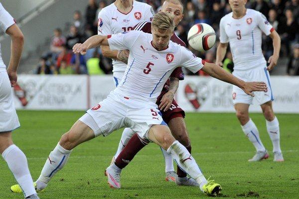 Český futbalista Václav Procházka (v popredí) v súboji s Lotyšom Denissom Rakelsom.