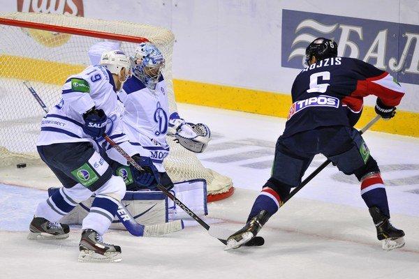 V dnešnom zápase hrá za domáce Dinamo rovnako ako v poslednom vzájomnom stretnutí Denis Kokarev (č. 19).