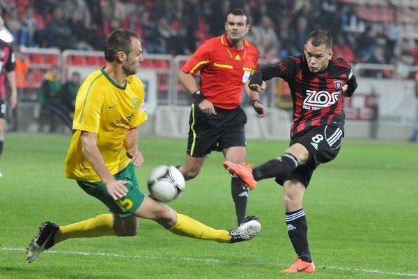 Podľa kouča Michalovčanov hlavný arbiter Mário Vlk (v strede), vedno so svojimi asistentmi zápas nezvládol.