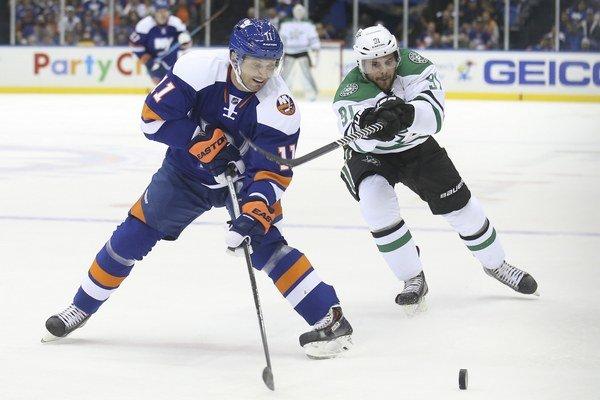 Ľubomír Višňovský (vľavo) si v súťažných zápasoch NHL obliekal naposledy dres New Yorku Islanders.