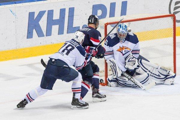 Slovan opäť ťahal za kratší koniec. Na snímke sa márne pokúša brankára Magnitogorsku prekonať kapitán Tomáš Surový.