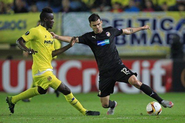Mchal Ďuriš (vpravo) z Viktorie Plzeň v súboji s Ericom Baillym z Villarealu v zápase Európskej ligy.