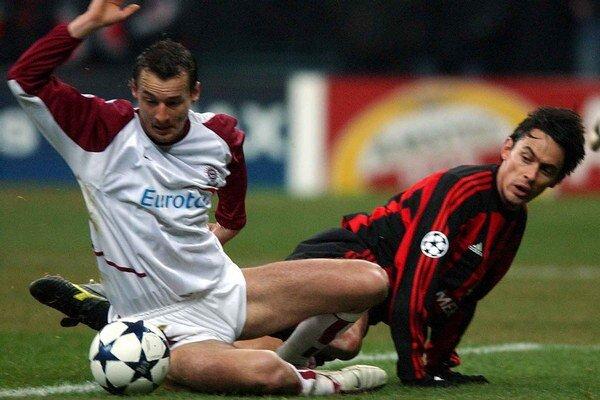 Vladimír Labant (vľavo) si v drese pražskej Sparty zahral aj v skupinovej fáze Ligy majstrov. Na snímke v súboji s Filippom Inzaghim z AC Miláno.